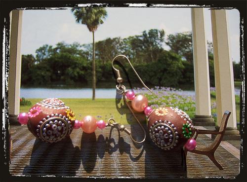 Orecchini con perla kashmir e perlinerosa