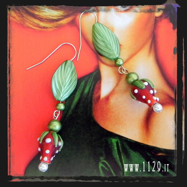 MDFRAG orecchini foglia verde lucite fragola rossa red green strawberry lampwork lucite earrings 1129